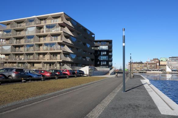 Slottskajen i februari 2016 med renoverad stenskoning och en ny gång- och cykelväg. På parkeringsplatsen till vänster i bild kommer Bastionsparken att skapas. Foto: Claes Pettersson, Jönköpings läns museum.